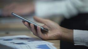 Новости чтения работника офиса на мобильном телефоне, современных технологиях, перерыве на чашку кофе акции видеоматериалы