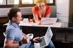 Новости чтения человека и женщины Стоковое фото RF