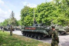 НОВОЧЕРКАССК, РОССИЯ - 9-ОЕ МАЯ 2017: Военный парад предназначенный к дню победы в Второй Мировой Войне Стоковые Изображения