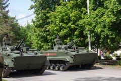 НОВОЧЕРКАССК, РОССИЯ - 9-ОЕ МАЯ 2017: Военный парад предназначенный к дню победы в Второй Мировой Войне Стоковые Изображения RF