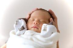 Ново - принесенный спать младенца Стоковые Фотографии RF
