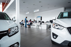 Новые автомобили на выставочном зале торговца Стоковая Фотография
