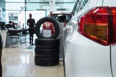 Новые автомобили на выставочном зале торговца стоковое фото rf