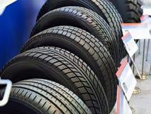 Новые автошины автомобиля в магазине Стоковые Фотографии RF
