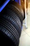 Новые автошины которое хранится на полке Мастерская автомобиля, ремонт автомобиля стоковое фото rf