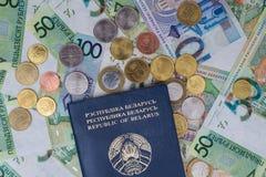 Новые белорусские деньги и пасспорт Монетки и кредитки финансы яичка диетпитания принципиальной схемы предпосылки золотистые стоковое фото rf