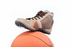 Новые ботинки спортов с шариком на белизне. Стоковые Фото