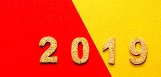 Новые Годы концепции 2019 разрешения номер года пробочки на красном цвете с предпосылкой цвета золота стоковое фото