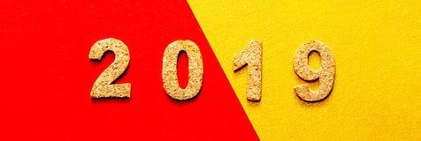 Новые Годы концепции 2019 разрешения номер года пробочки на красном цвете с предпосылкой цвета золота стоковое изображение