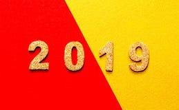 Новые Годы концепции 2019 разрешения номер года пробочки на красном цвете с предпосылкой цвета золота с космосом экземпляра стоковые изображения rf