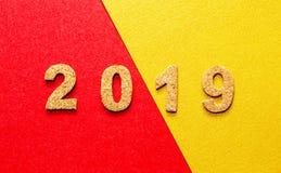 Новые Годы концепции 2019 разрешения номер года пробочки на красном цвете с предпосылкой цвета золота с космосом экземпляра стоковая фотография rf