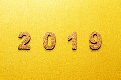 Новые Годы концепции 2019 разрешения номер года пробочки на предпосылке цвета золота с космосом экземпляра стоковое фото
