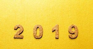 Новые Годы концепции 2019 разрешения номер года пробочки на предпосылке цвета золота с космосом экземпляра стоковое изображение