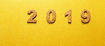 Новые Годы концепции 2019 разрешения номер года пробочки на предпосылке цвета золота с космосом экземпляра стоковая фотография