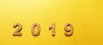Новые Годы концепции 2019 разрешения номер года пробочки на предпосылке цвета золота стоковое изображение rf