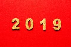 Новые Годы концепции 2019 разрешения номер года пробочки на предпосылке красного цвета стоковые изображения