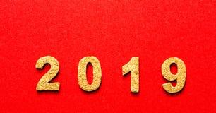 Новые Годы концепции 2019 разрешения номер года пробочки на предпосылке красного цвета стоковые фотографии rf