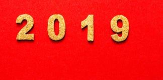Новые Годы концепции 2019 разрешения номер года пробочки на предпосылке красного цвета стоковое фото