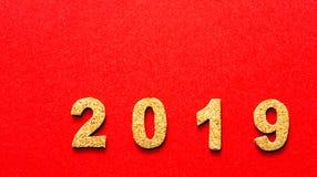 Новые Годы концепции 2019 разрешения номер года пробочки на предпосылке красного цвета стоковое изображение rf
