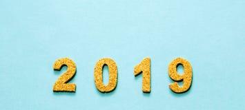 Новые Годы концепции 2019 разрешения номер года пробочки на свете - голубой предпосылке цвета с космосом экземпляра стоковое изображение