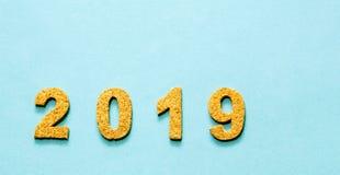 Новые Годы концепции 2019 разрешения номер года пробочки на свете - голубой предпосылке цвета стоковые изображения rf