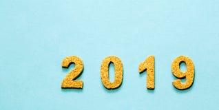 Новые Годы концепции 2019 разрешения номер года пробочки на свете - голубой предпосылке цвета с космосом экземпляра стоковые фото