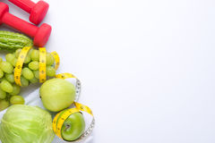 Новые Годы разрешений едят здоровую, теряют вес и соединяют спортзал, гантели для фитнеса с рулеткой, концепцией здорового образа Стоковое Фото