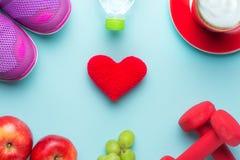 Новые Годы разрешений едят здоровую, теряют вес и соединяют спортзал, гантели для фитнеса с рулеткой, концепцией здорового образа Стоковое фото RF