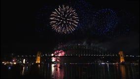 Новые Годы фейерверков Eve на мосте гавани Сиднея на 60fps-2 видеоматериал