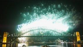 Новые Годы фейерверков Eve на мосте гавани Сиднея 05 сток-видео