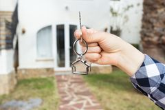 Новые дом, дом, свойство и наниматель - агент недвижимости вручая ключ дома стоковые изображения