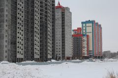 Новые жилые многоэтажные здания квартиры на строительной площадке стоковое изображение