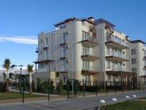 Новые жилые дома с зеленой лужайкой за загородкой стоковые изображения rf