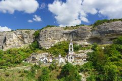 Новые здания монастыря пещеры святого предположения правоверного в Крыме, расположенные в естественной границе Mariam-Dere около  Стоковое Фото