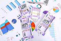 Новые индийские примечания валюты с бумагой и ручкой диаграммы стоковое изображение