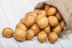 Новые картошки в сумке Стоковые Фото