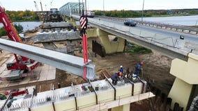Новые краны поднимают дорогу и реку конкретного района строительства моста объявления beem близрасположенную видеоматериал