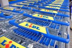 Новые магазинные тележкаи Lidl Стоковое фото RF