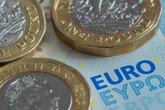 Новые монетки английского фунта на банкноте евро Стоковые Фотографии RF