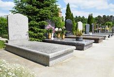 Новые надгробные плиты в кладбище стоковое изображение