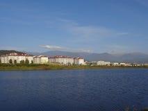 Новые дома на береге пруда Стоковая Фотография