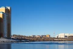 Новые дома на замороженном реке Стоковое фото RF