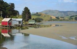 Новые отражения Зеландии красочных домов шлюпки стоковые изображения rf
