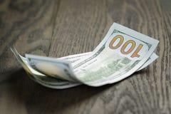 Новые 100 долларовых банкнот на деревянной таблице Стоковое Изображение