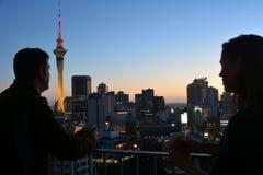 Новые пары Zealanders имея горячее питье против города s Окленда Стоковое Изображение RF