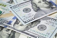 Новые 100 примечаний доллара на куче старых примечаний Стоковое Изображение