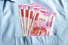 Новые 2000 примечаний рупии в индейце укомплектовывают личным составом карманн фронта рубашек Стоковые Изображения