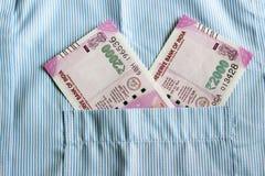Новые 2000 примечаний рупии в индейце укомплектовывают личным составом карманн фронта рубашек Стоковые Фото