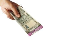 Новые примечания валюты индийской рупии в руке на белизне Стоковое фото RF