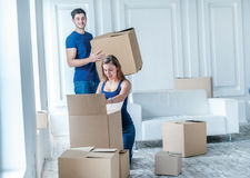 Новые ремонт и перестановка Любящая пара наслаждается новой квартирой Стоковое фото RF
